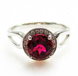 Серебряное кольцо с рубином 2, 00 карат и цирконами. НОВОЕ