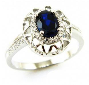 Серебряное кольцо с сапфиром 1, 00 карат и цирконами. НОВОЕ