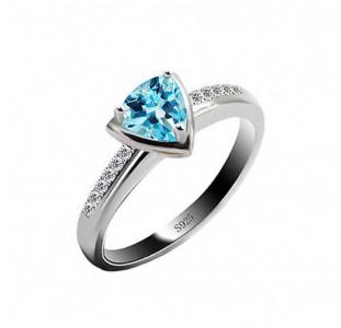 Серебряное кольцо с топазом 0,  30 карат и цирконами. НОВОЕ (Код: 00772)