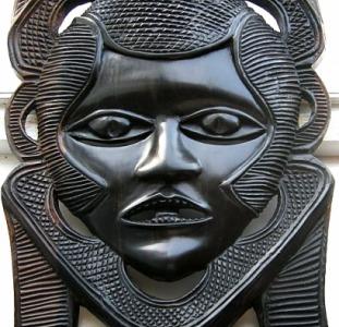 Интерьерная африканская маска из ценной породы дерева.