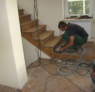 Потрібний працівник. Циклювання шліфування, реставрація старої підлоги та дерев'яних сходів. Робота