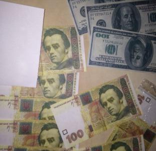 В наличии фальшивые гривны, доллары, рубли.