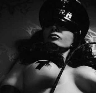 Она ищет ее Госпожа отшлепает и отстрапонит тебя