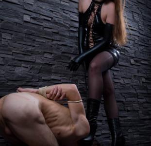 Госпожа выпорет раба
