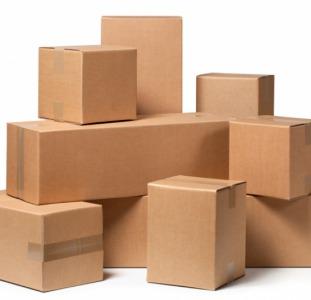 Работник на упаковку картонных коробок в Польше
