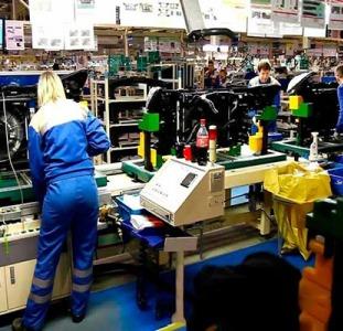 Работник на фабрику по производству пластиковых элементов