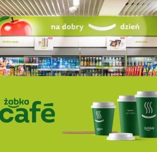 Работник склада супермаркета Zabka при комплектации товара