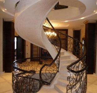 Ступени лестницы из мрамора и гранита